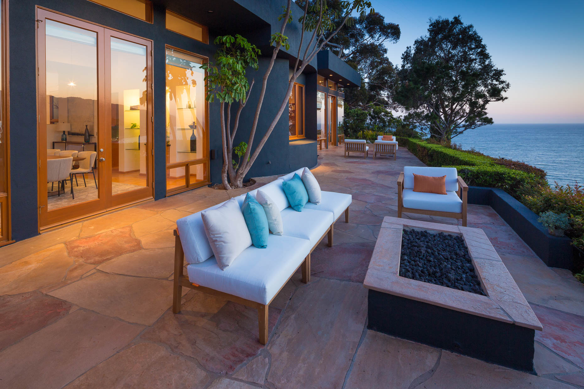 Architecture photograph of patio of home overlooking ocean in Pacific Palisades, Los Angeles, California, by David Zaitz